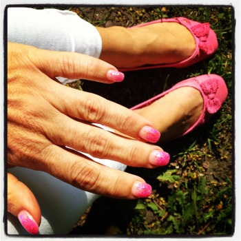 Neonrosa naglar med matchande skor... ;)