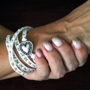 Vitt wraparmband och glitternaglar
