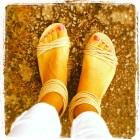 Bara fötter i sandaler