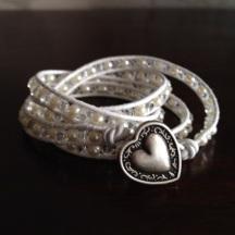 Vitt wraparmband Made by BautaWitch
