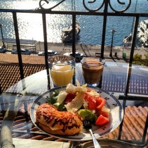 Frukost serverad av Finaste G på balkongen