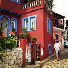 Färgglada hus i Skopelos gränder