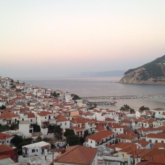 Skopelos stad i solnedgång från vår balkong