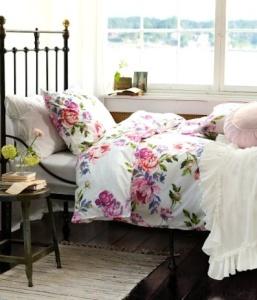 Blommigt lantligt sovrum
