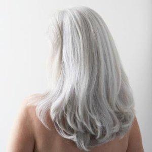 Vackert grått långt hår