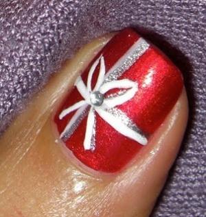 Röda naglar med julklappsmotiv