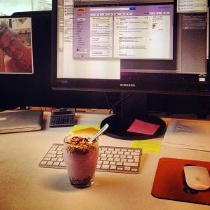 Lunch vid skrivbordet på jobbet
