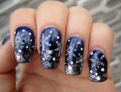 Mörkblå naglar med snöflingor