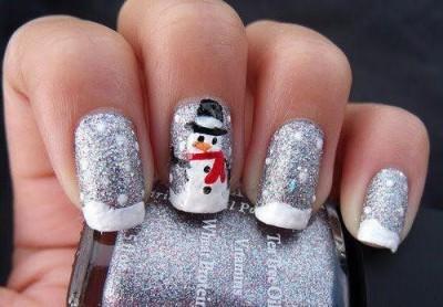 Silvernaglar med snö och snögubbe