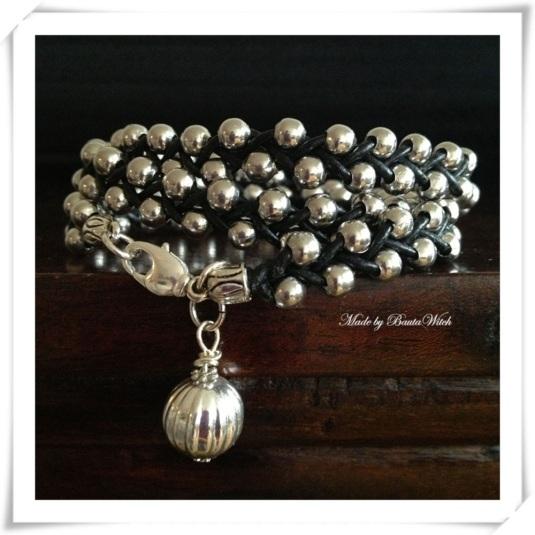 Flätat läderarmband med silverkulor