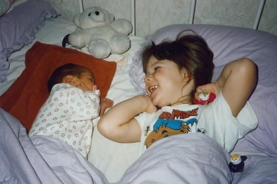 Nyfödda D beundrad av sin storasyster 1996
