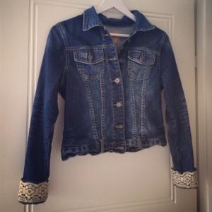 Jeansjacka med spetsar.jpg