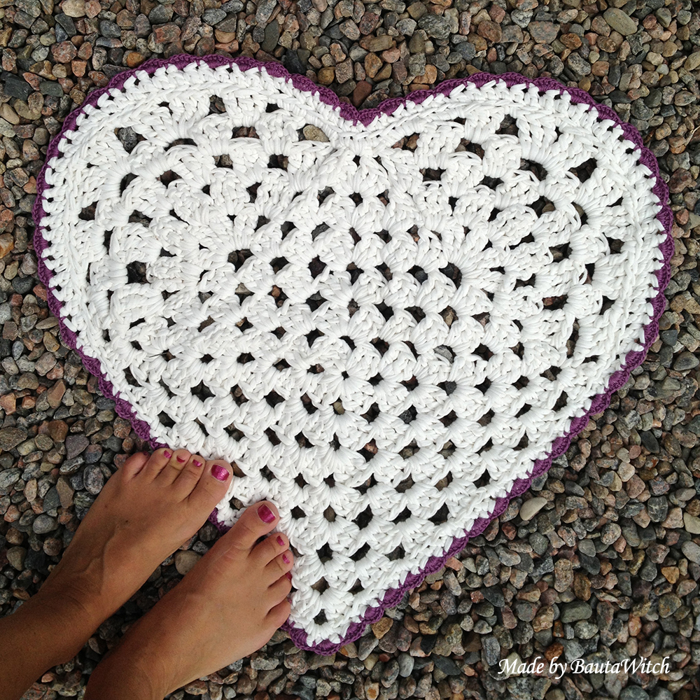 Heartshaped-rug-made-by-bautawitch