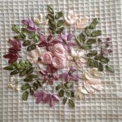 Blombroderi med sidenband, närbild